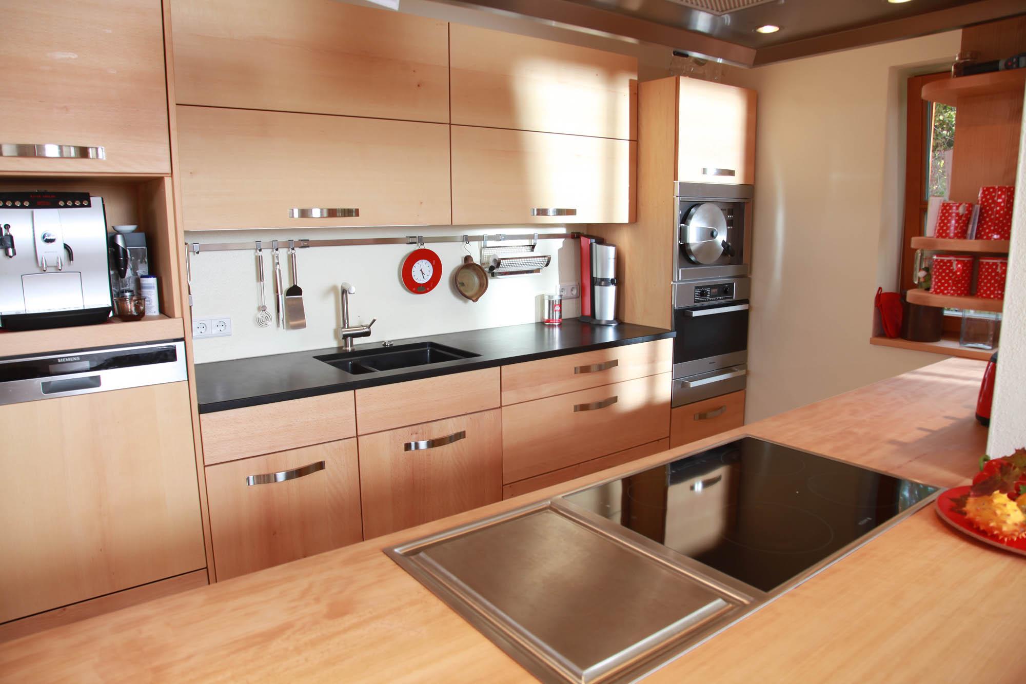 welche arbeitsplatte passt zur roten kche wohndesign. Black Bedroom Furniture Sets. Home Design Ideas