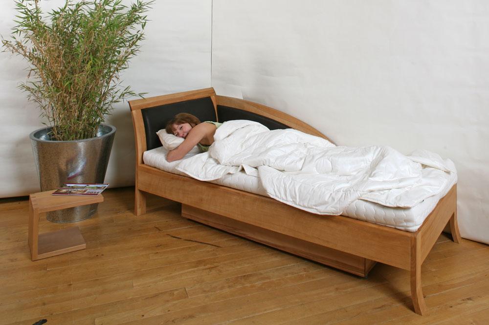 sofa und massivholzbett mit bettkasten in einem die m belmacher. Black Bedroom Furniture Sets. Home Design Ideas