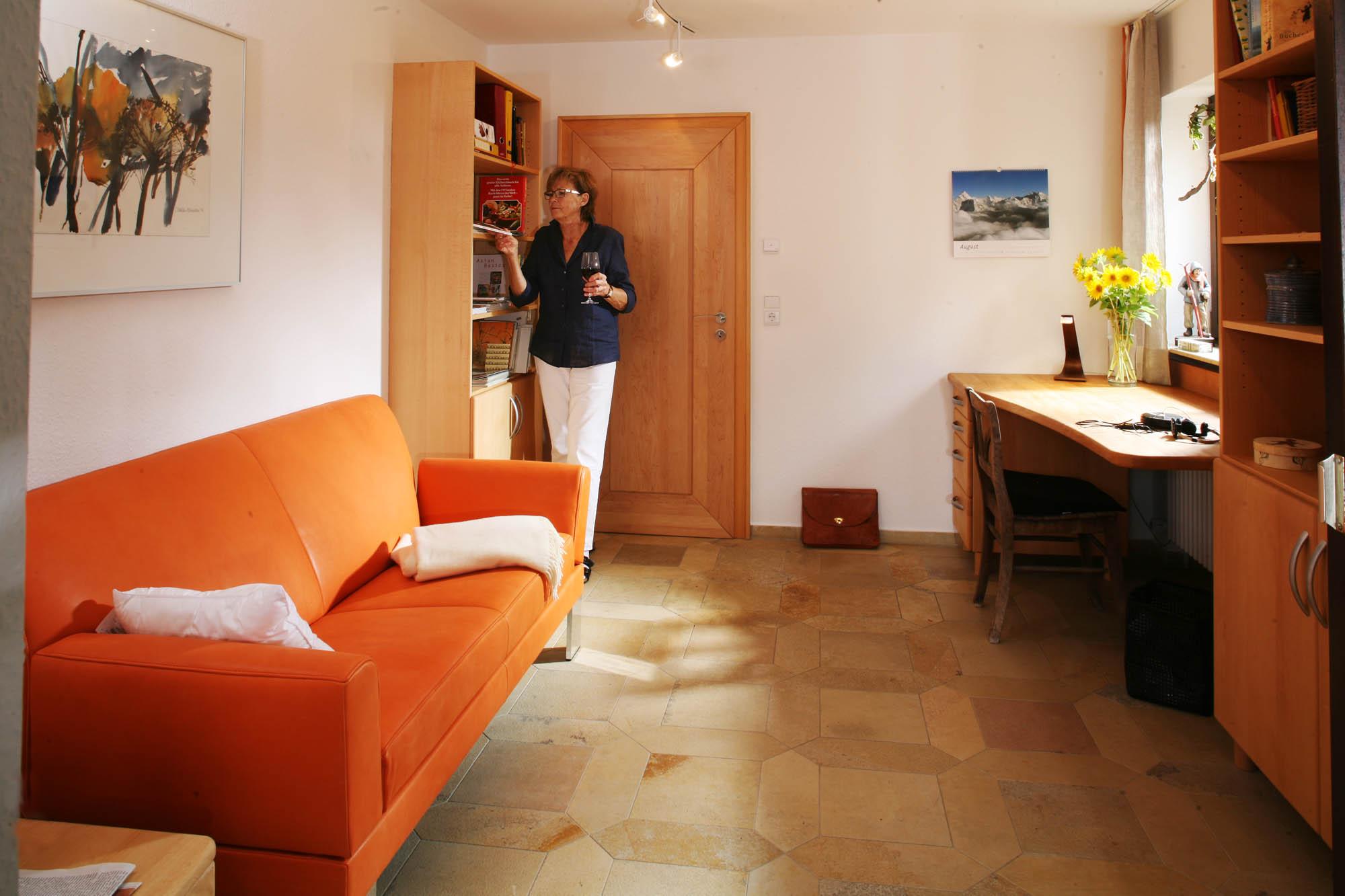 Hobbyzimmer r ckzugszimmer frauenzimmer herrenzimmer g stezimmer die m belmacher - Fernseh zimmer ...